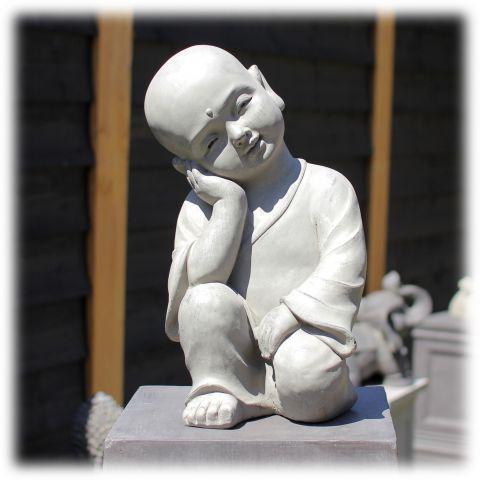 Tuinbeeld kind monnik dromend licht