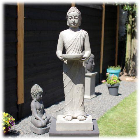 Staand Boeddha tuinbeeld met kom licht