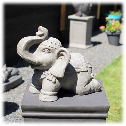 Tuinbeeld olifant op knieën licht
