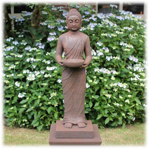 Staand Boeddha tuinbeeld met kom rustiek