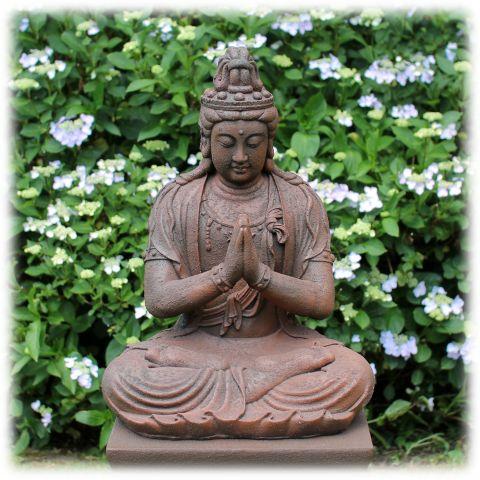 Kwan Yin tuinbeeld zittend rustiek
