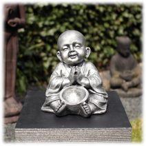 Kind monnik zittend met schaal zilver