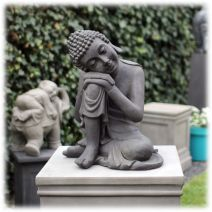 Slapend Boeddha tuinbeeld donker